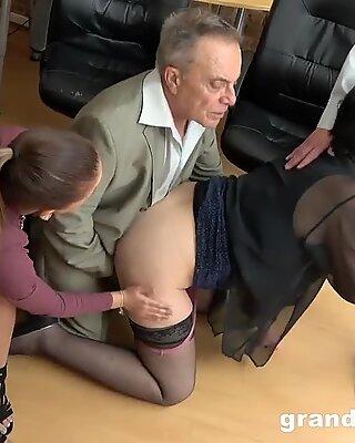 Älter vs jugendlicher unbeholfener Fickssitzung
