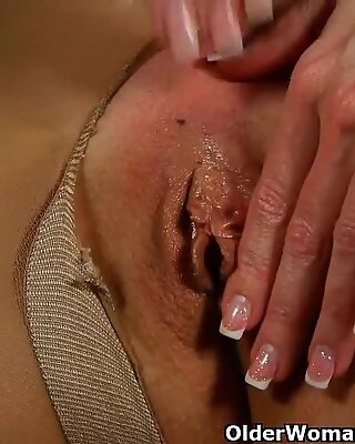 fancy mature girl in stockings gives her pussy a treat