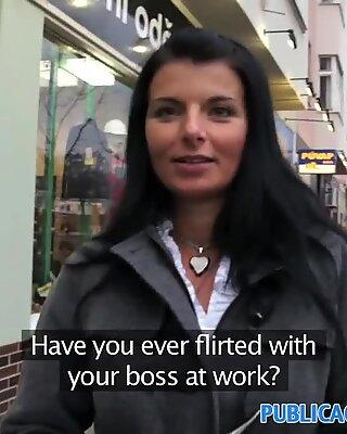 Publicagent heiße Brünette Milf mit tollen Titten im Freien Sex