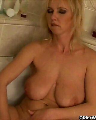 Kurvig alte Frau mit Großen Titten dildo ficken in Badezimmer