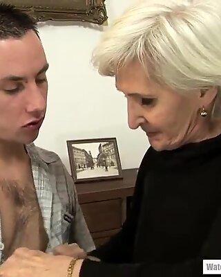 Blonder Spinner Gilf Viviana schmeckt einen jungen Penis