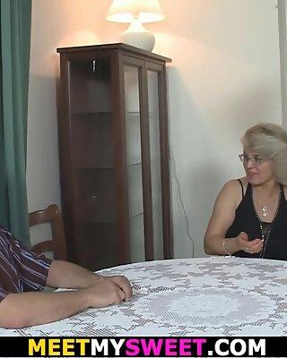 Super-Ungezogen Mama leckt ihre junge Muschi, dann alte Papa Pummels