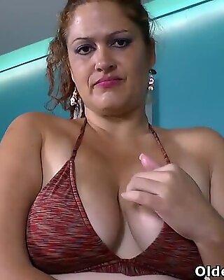 Latina BBW Karina weiß sicher, wie man ein heißes Bad genießt